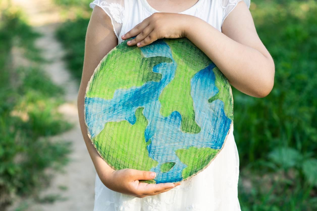 enfant sensibilisé à l'écologie protection environnement